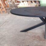 zwart ovalen tafel met stalen matrix poot