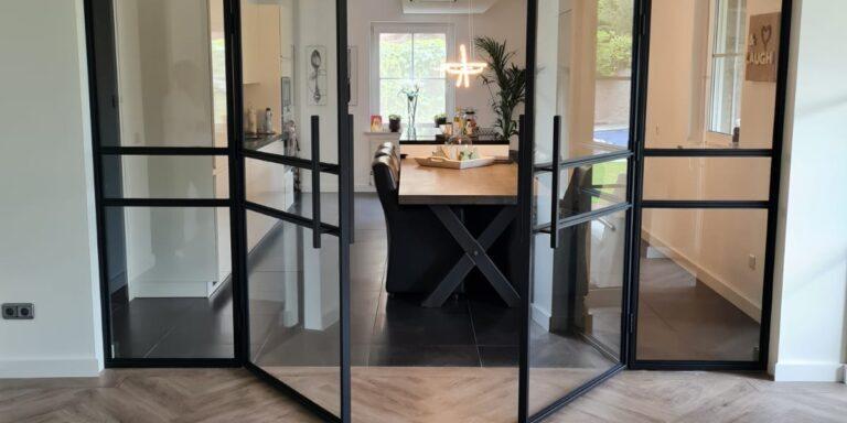 scheidingswand met taatsdeuren van staal en glas, Siebendesign.nl