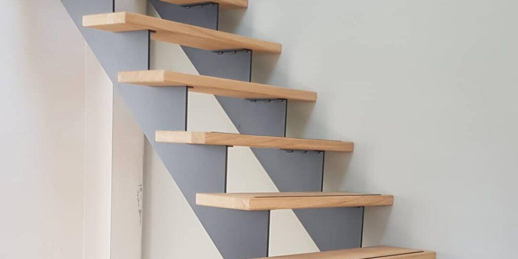 Stalen trap met eiken treden op maat gemaakt door Siebendesign.nl. Voor al uw interieurprojecten met staal. We helpen u graag met mogelijk maken wat onmogelijk lijkt. Stalen deuren, taatsdeuren van staal, keuken opbergrek, wandkasten , tafels en stalen tafelpoten en meer