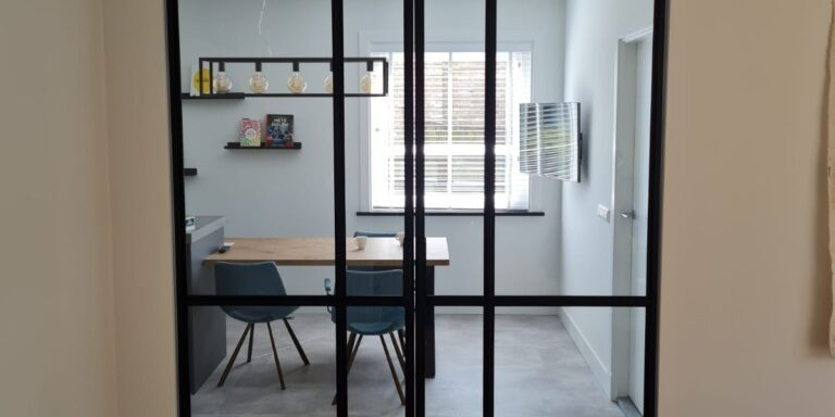 Dubbele taats deuren van staal en op maat gemaakt door Siebendesign.nl. alle stalen deuren worden voorzien van gelaagd glas. Vlakverdeling en handgreep naar wens van de klant. We geven u een eerlijke prijs inclusief de montage en inmeten. Hierdoor geen verrassingen achteraf. We verzorgen maatwerk interieur van staal van een hoge kwaliteit. Neem gerust contact op als u vragen heeft.