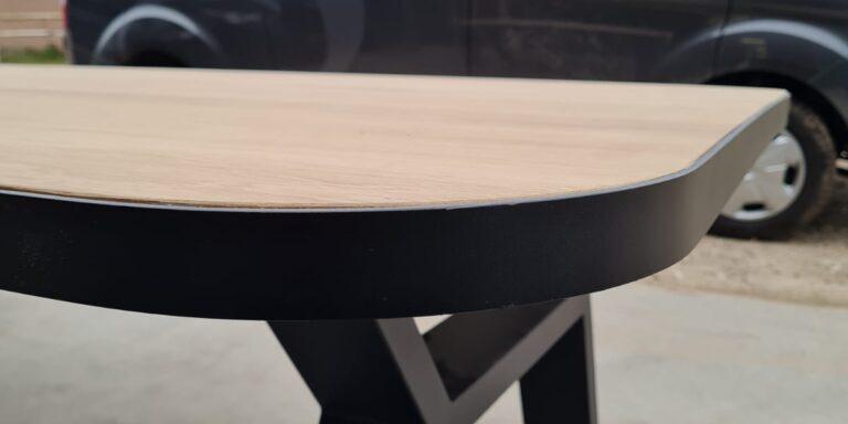 Eetkamertafel met stalen rand en stalen onderstel op maat. Eiken blad met afgeronde hoeken, tafel met zwart stalen rand, Tafels op maat, Siebendesign